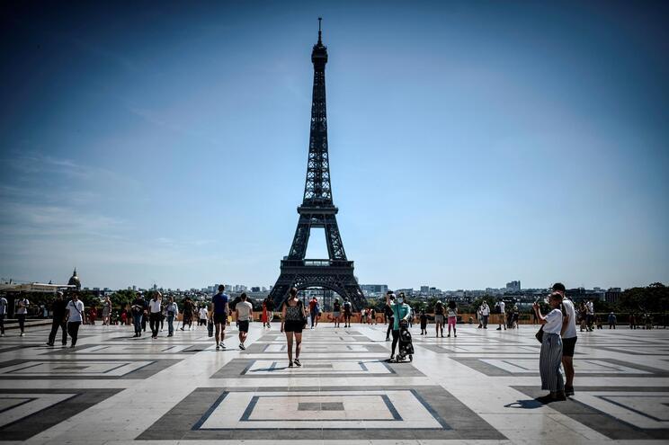 Contágios em França voltam a superar os 12 mil