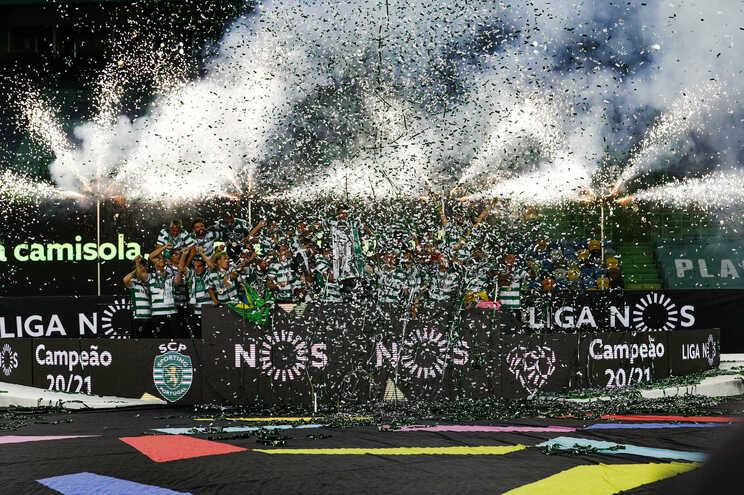 Adeptos do Sporting festejam conquista do campeonato na rua