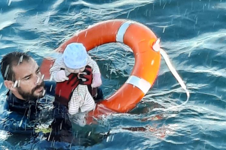 Chegada dramática a Ceuta: polícia salva bebé no mar