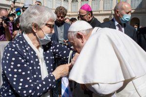 Papa beija a tatuagem de uma sobrevivente-vaticano-mileniostadium