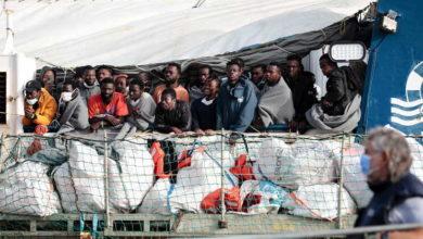 """O navio """"Geo Barents"""" da organização não-governamental (ONG) Médicos Sem Fronteiras (MSF), com 367 migrantes resgatados no Mediterrâneo a bordo, pediu esta terça-feira com urgência um porto seguro para desembarque devido à iminente chegada de um furacão à zona. """"Com 367 sobreviventes a bordo, 172 menores de idade, não podemos esperar mais. O 'Geo Barents' precisa de um porto seguro imediatamente!"""", escreveu a ONG na rede social Twitter. E reforçou: """"Há 367 pessoas no 'Geo Barents' que passaram por experiências terríveis. Agora ainda têm de lidar com um furacão. Quantos obstáculos estes seres humanos devem enfrentar antes que possam ser levados para um lugar seguro em terra? Instamos as autoridades italianas a darem-nos um porto seguro"""". O mau tempo que está a afetar o sul de Itália, influenciado pela chegada de um furacão mediterrâneo (também conhecido como """"medicane"""") com ventos de até 100 quilómetros por hora e fortes chuvas, está a chegar à zona onde está a navegar o navio da MSF. A ONG internacional precisou que entre os 172 menores que estão a bordo do """"Geo Barents"""" constam crianças pequenas e adolescentes e que 134 estão sozinhos, ou seja, sem a companhia de familiares. """"Imagine estar numa embarcação sobrelotada sem colete salva-vidas. Imagine estar cercado por ondas de até três metros de altura enquanto as suas roupas ficam encharcadas e inala combustível. Imagine ficar sem comida e água à medida que o tempo passa, sem proteção contra o sol, vento e chuva. Imagine pedir ajuda e ninguém responder. Essa é a realidade que estamos a testemunhar no mar"""", relatou, num comunicado, a coordenadora da missão, Caroline Willemen, que se encontra a bordo do """"Geo Barents"""". Na passada sexta-feira, a tripulação do """"Geo Barents"""" realizou um primeiro resgate no Mediterrâneo que envolveu o salvamento de 36 migrantes. No decorrer deste salvamento, o navio humanitário recebeu um novo alerta, desta vez de um bote de borracha em perigo, que estava localizado a várias horas de distâ"""